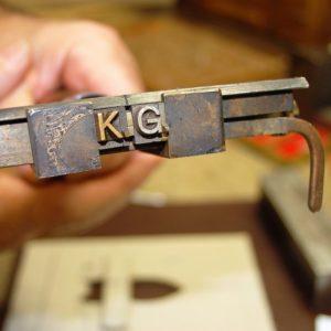 Lederprägung: Heißprägemaschine für Gold-, Silber-, Farb- & Blindprägungen