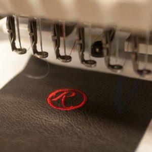 Einzige Stickerei für Lederartikel in Wien: persönliche Note durch eine Lederverzierung