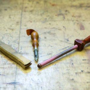 Lederwerkzeuge wie z.B. Ahle, Kantenrunder, Lederhobel, Locheisen, Hammer, Modelliereisen, Spachtel, Keil, Nahtmarkierer oder Zirkel.