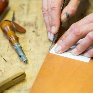 Manueller Lederzuschnitt mit Messer & Schablone