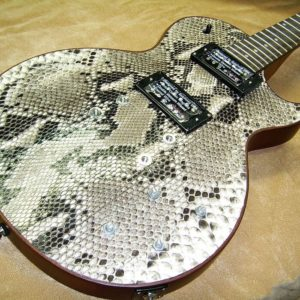 Sonderanfertigung der Ledermanufaktur Posenanski: E-Gitarre mit kostbarem Python-Ledervon Hand überzogen