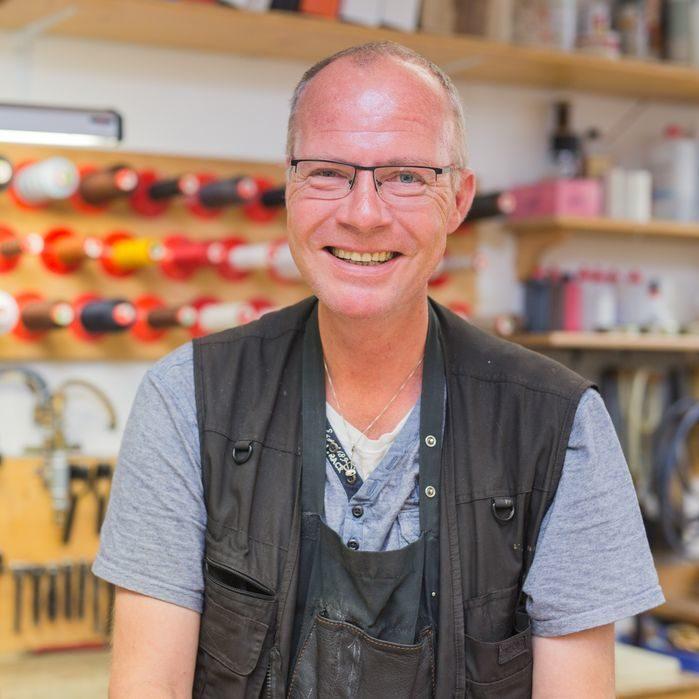Ledermanufaktur-Gründer Thomas Posenanski lebt sein Handwerk voll Begeisterung und legt überall selbst Hand an.