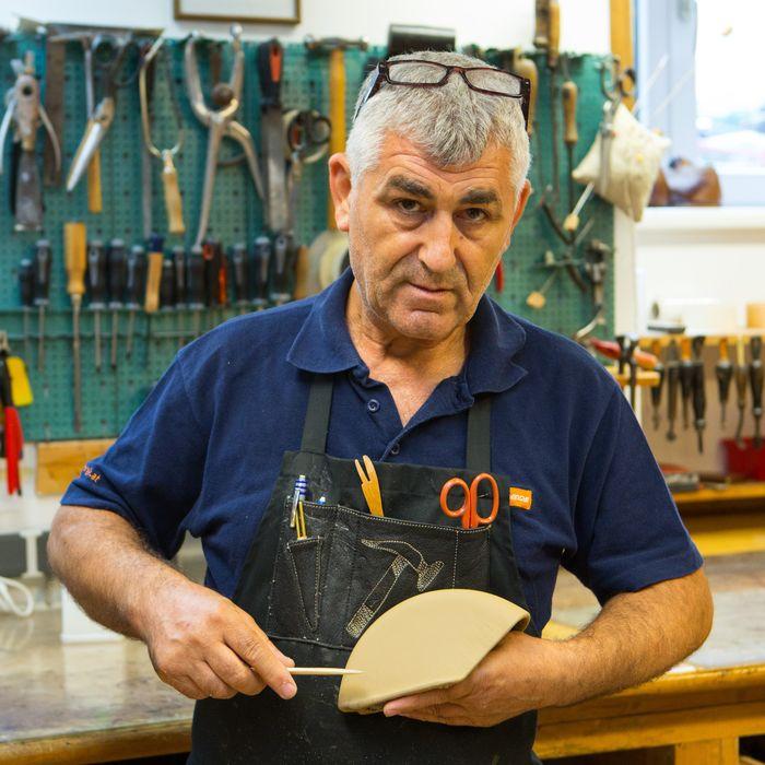 Yakim Atanasov Mezev vom Team der Ledermanufaktur Posenanski fertigt mit Liebe zum Detail Sonderanfertigungen nach Kundenwunsch.