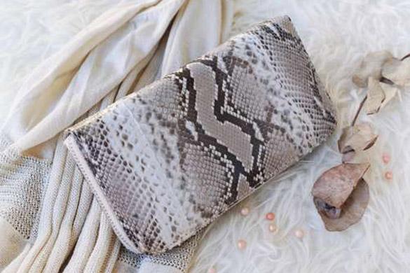 Exotisches Leder: Kratzer, Abschürfungen und Risse der Tasche rparieren.